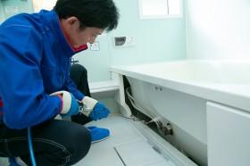 浴室のエプロンを取り外し、内部を高圧洗浄機でクリーニング